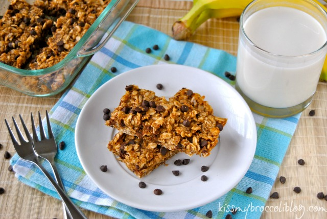 Chunky Monkey Granola Bars - A fun on-the-go snack filled with peanut butter, banana, and chocolate! www.kissmybroccoliblog.com -