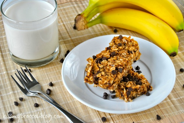 Chunky Monkey Granola Bars - Ditch the pre-packaged stuff and make these at home in 30 minutes or less! www.kissmybroccoliblog.com